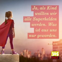 Kleines Mädchen auf Hochhaus, Superman Umhang, Social-Advertising und Social-Media-Post