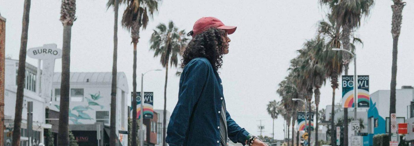 Ein Mann geht über die Straße. Diese erinnert an die heutige Suchmaschinen-Optimierung