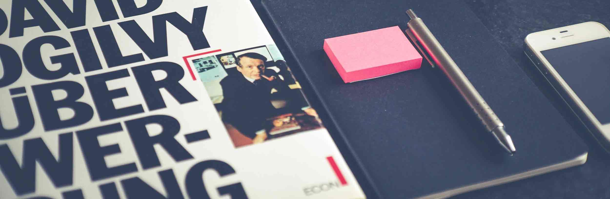 Bessere Beratung für Internetseiten durch mehr Wissen: Das Vorbild für die Textagentur MAINKA in Hamburg. Ein Buch ist abgebildelt von dem berühmten Copywriter Ogilvy