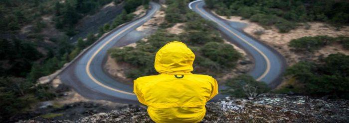 Ganzheitlich sind Keywords nie ganz. So wie dieser Mensch in dem Bild, welcher hinunter auf einen Berghang inkl. Straße schaut.