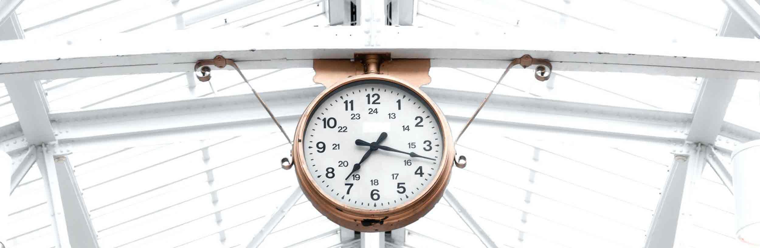 Eine Uhr in der Textagentur zeigt keinen Text oder Werbetext an. Stattdessen schwebt die Uhr fast an der Decke.
