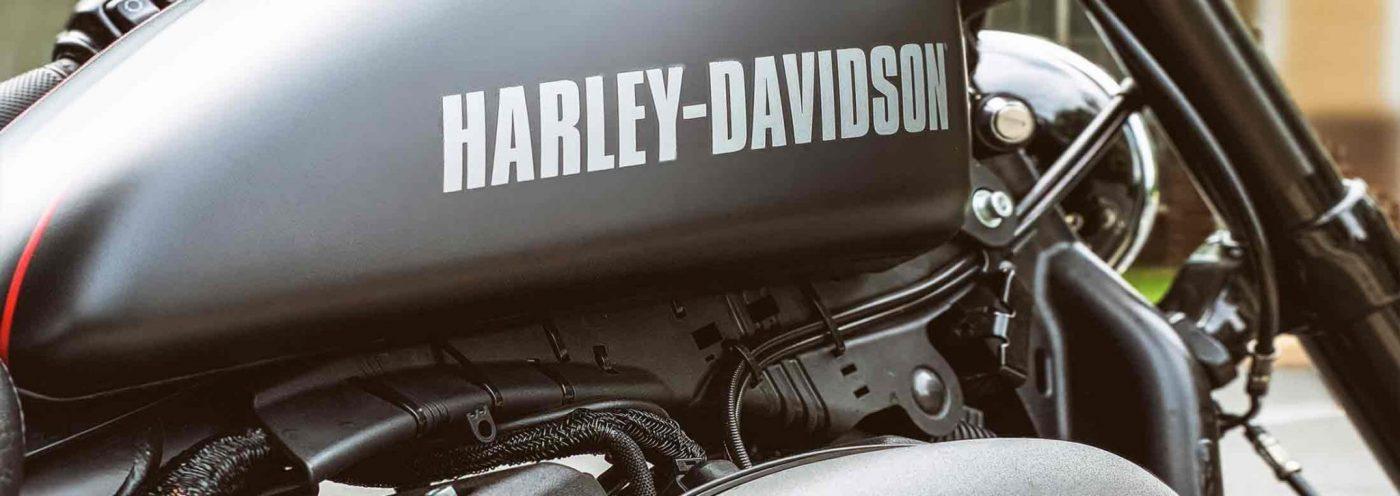 Eine Harley-Davidson im Freien. Das ist zwar keine Online-Markenbildung, steht hier aber einmal als symbolisches Bild.