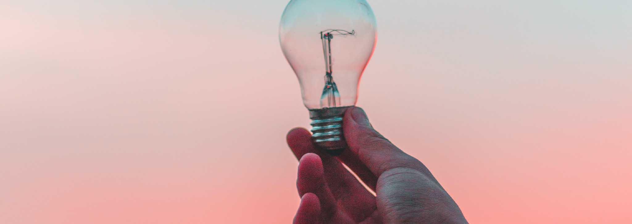 Eine Glühbirne. Sie steht gier für erhellenden Inhalt, denn darauf kommt es an im Internet.