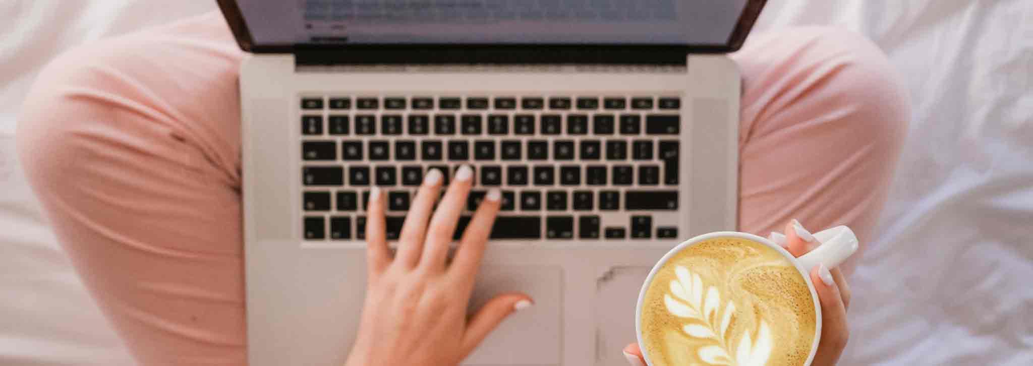 Frau schriebt online am Laptop. Daher muss sie die richtige Online Tonality finden.