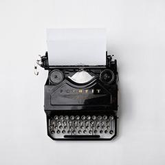 Schreibmaschine, grauer Hintergrund
