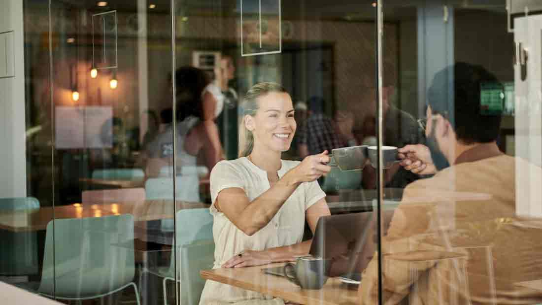 Gespräch in einem Cafe