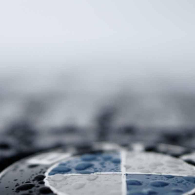 Logo von BMW im Regen, unscharf