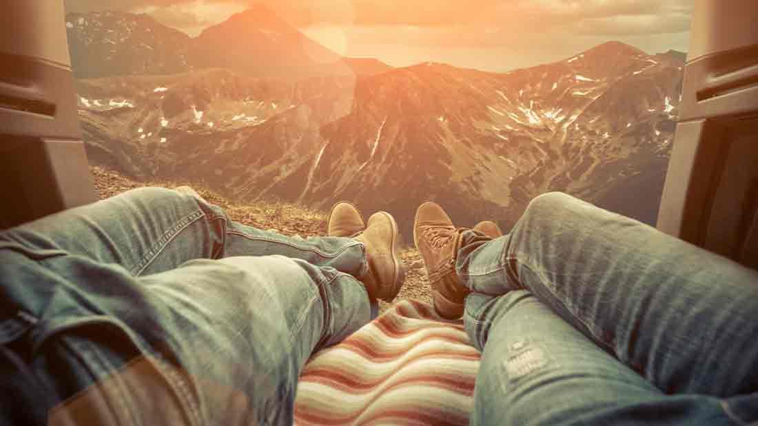 Gebirge, Ausblick aus Auto, Beine von jungen Menschen