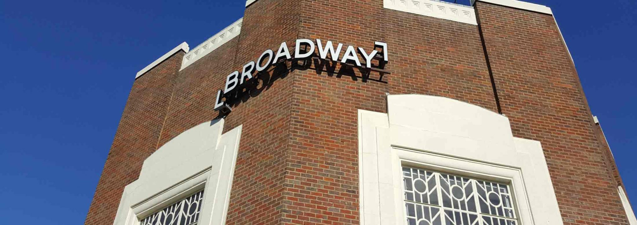 Häuserwand mit Broadway Schild